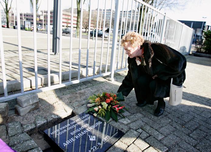 Weduwe Joke Kranenburg legt in 2007 bloemen bij de gedenksteen voor haar doodgeschoten man,  Arie Kranenburg.