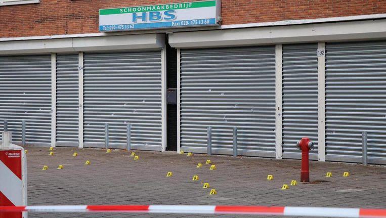 In de gevel van schoonmaakbedrijf HBS zaten meerdere kogelgaten Beeld -
