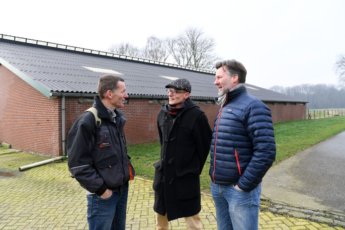 ALPHEN, Foto: Pix4Profs/Jan Stads Boer Erik Meijs (links) in gesprek met bestuursleden Wilfred Slobbe (midden) en Nol van den Berg op het terrein van de Herenboeren-coöperatie Goedentijd. De voormalige koeienstal krijgt meerdere nieuwe functies.