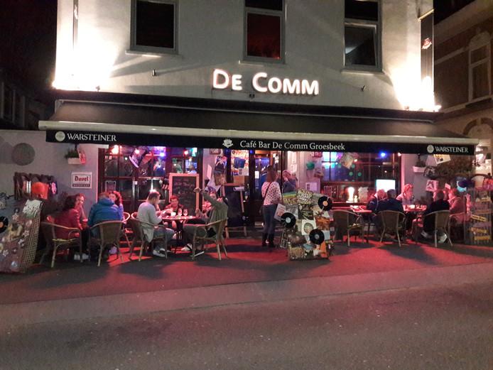 Bij Café De Comm zaten de bezoekers nog laat op het terras.