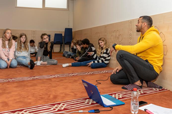 Leerlingen ondervragen in de moskee bestuurslid Souliman Abali.