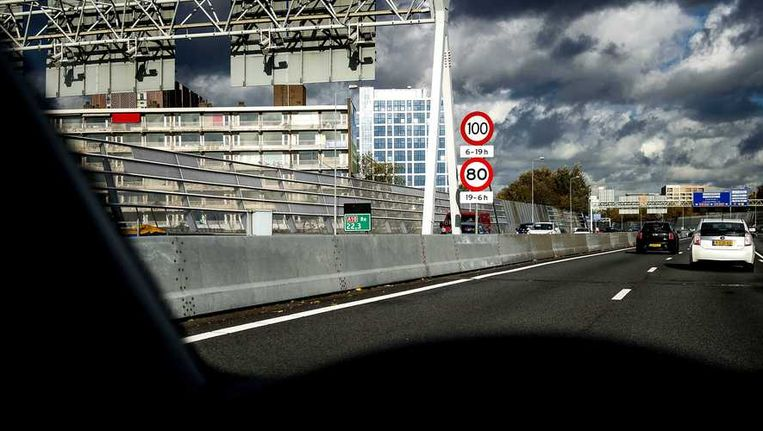 Flats langs de A10 in Amsterdam. Beeld anp
