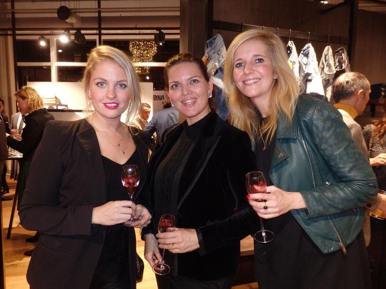 Roxanne Pinckers (Piper-Heidsieck) verzorgt de champagne. Met Mascha Mooy (Bye Bye Burnout) en Anne van Pinxteren, woordvoerder staatssecretaris Keijzer Beeld Schuim