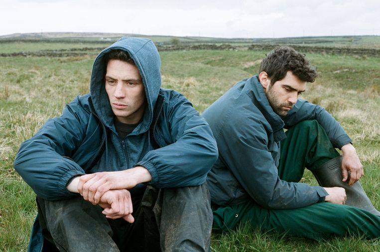 Josh O'Connor als Johnny Saxby (links) en Alec Secareanu als Gheorghe Ionescu in God's Own Country. Beeld rv