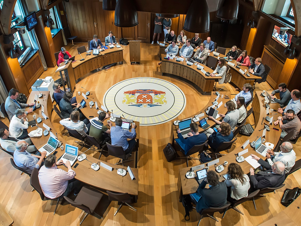 De Bredase gemeenteraad, in de raadszaal waar de fracties voorlopig nog even niet in terecht kunnen.