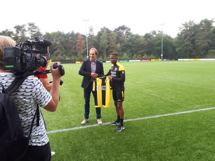 Charly Musonda ontvangt bij zijn presentatie uit handen van algemeen directeur Joost de Wit het shirt van Vitesse.