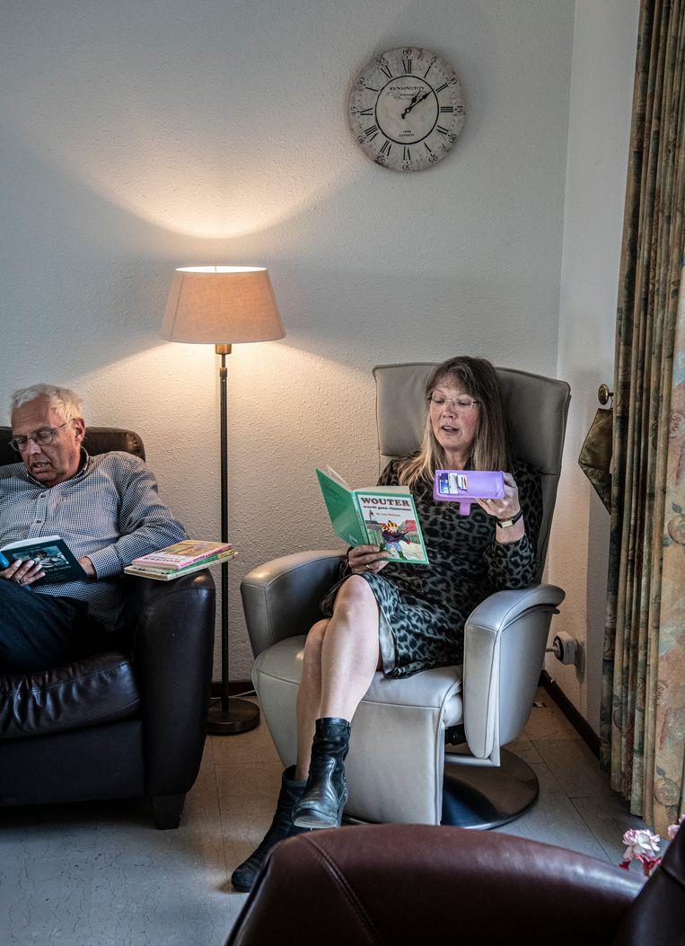 Heidi Evers leest een boekje voor aan haar kleindochter Lieke en maakt daar een filmpje van. Beeld Koen Verheijden