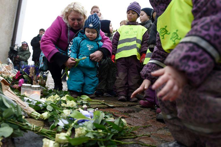 Voor de deur van de Deense paleizen worden sinds woensdagochtend bloemen gelegd en kaarsjes aangestoken. Denen komen speciaal even langs om zo stil te staan.