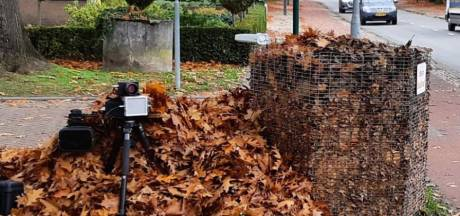 Politie verstopt flitsapparaat in berg bladeren in Veldhoven