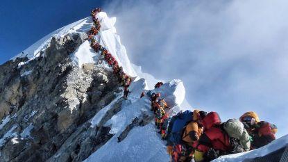 Levensgevaarlijk: klimmers schuiven nog steeds aan om top van Everest te bereiken