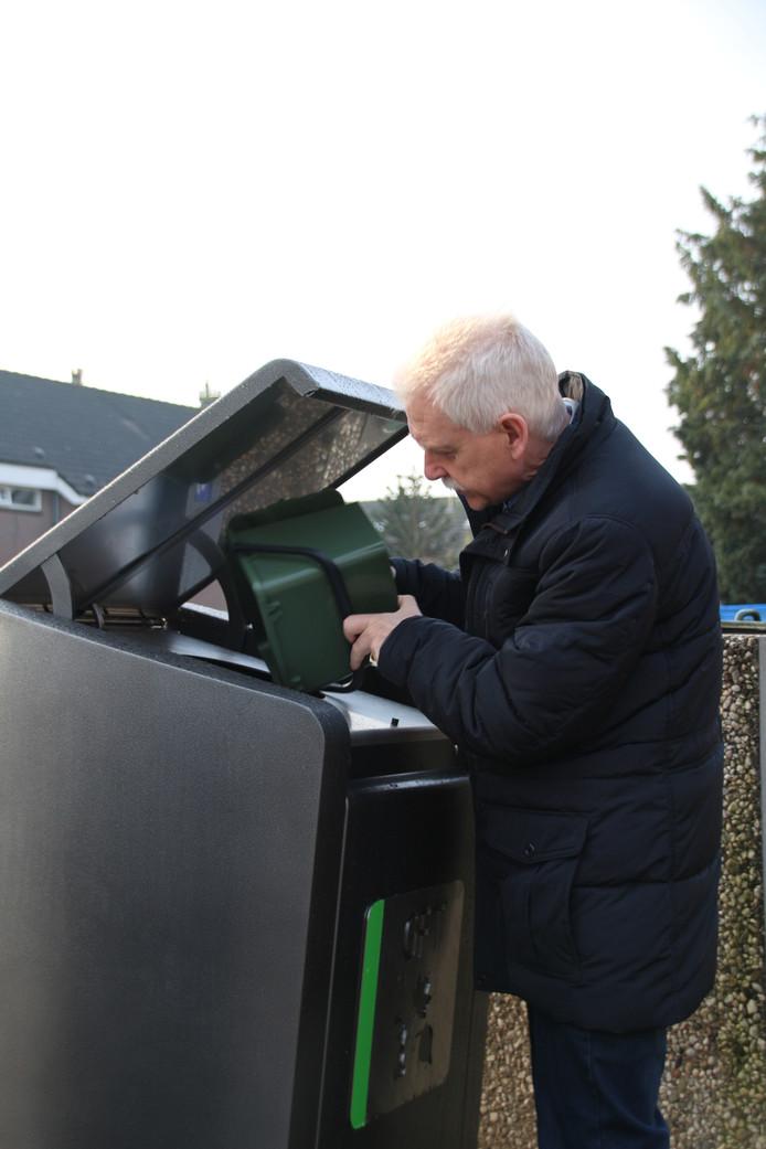 Wethouder Henk Wessel geeft een demonstratie.