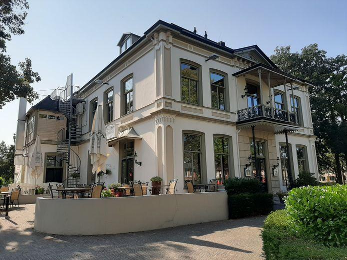 De notariswoning die rond 1885 door de familie Walter aan de toenmalige Dorpsstraat werd gebouwd. Godert Walter groeide er op, vandaag de dag is restaurant De Wilde Pieters er gevestigd.