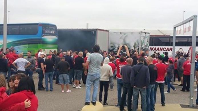 Supporters van Standard Luik op de parkeerplaats bij Hazeldonk langs de A16.