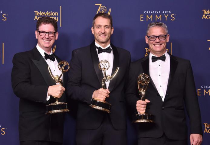 Marc Hensley, rechts, poseert voor de organisatie van de Emmy Award