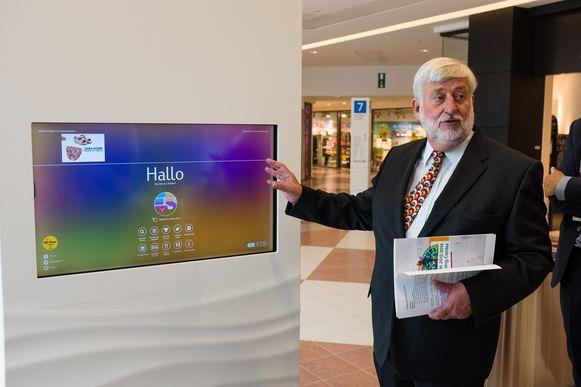 """Jeroen Hafkamp bij een digitaal infobord. """"Je kan aanduiden naar welke winkel je wil gaan en dan krijg je een route te zien. Ook de dienstregelingen van de bussen en trams zijn er te vinden."""""""