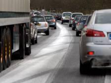 KNMI waarschuwt: spekgladde wegen door winterse buien in Oost-Nederland