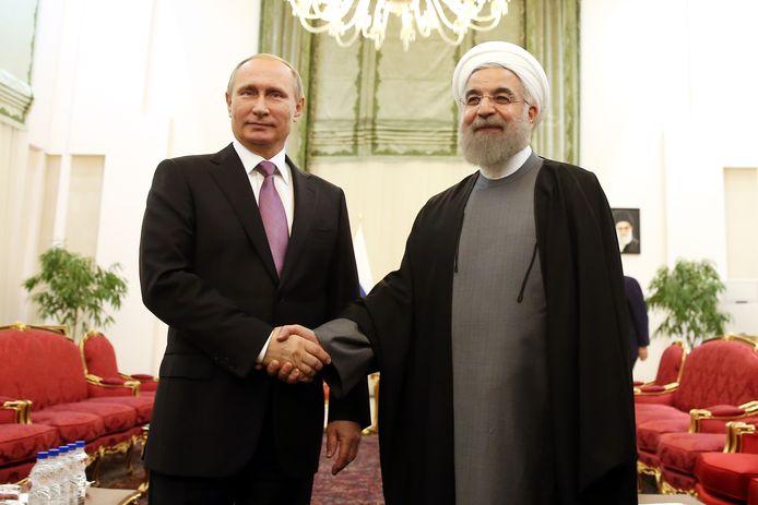 Russisch president Vladimir Poetin schudt Iraans president Hassan Rouhani de hand tijdens een top van gasexporterende landen in november vorig jaar.