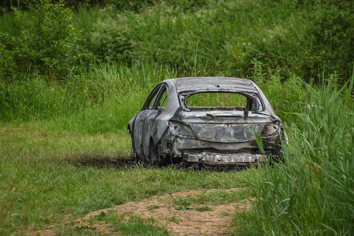 De auto in Bergharen is uitgebrand.