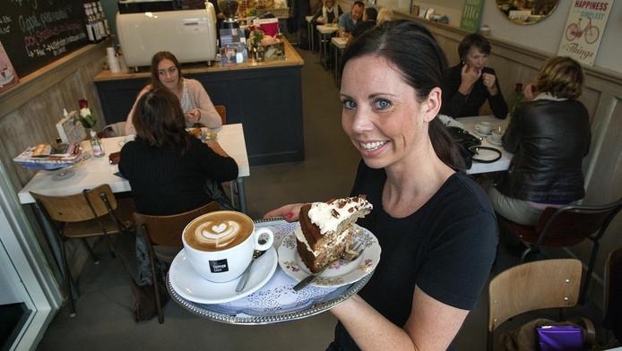 Fiona Buitenhuis in haar zaak Coffeelicious.