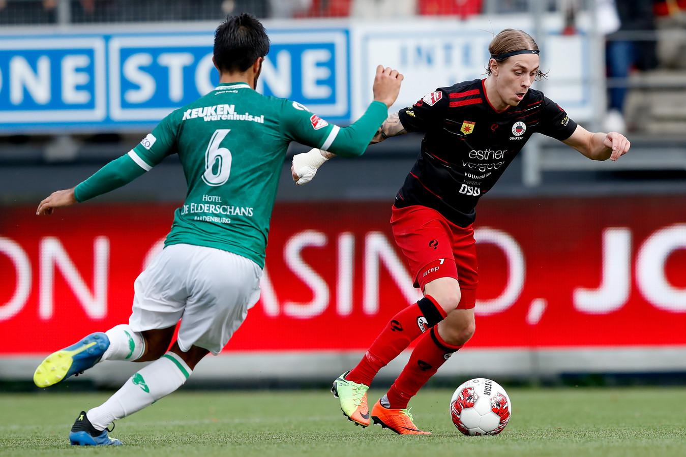 Fabian de Abreu van FC Dordrecht probeert Elias Mar Omarsson te achterhalen.
