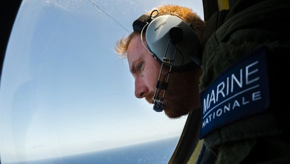 Een officier van de Franse marine speurt boven de Middellandse Zee naar wrakstukken van het toestel van EgyptAir.