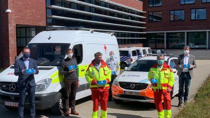 Rode Kruis deelt mondmaskers van politiezone uit aan bezoekers grootwarenhuizen