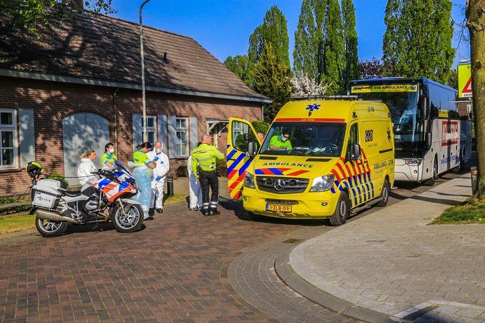 Rond 18.00 uur stonden vier ambulances, vier taxibusjes en twee grote bussen opgesteld voor Wellenshof om de bewoners te vervoeren.