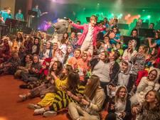 Zwolse scholieren in dierenkostuums werken zich in het zweet voor videoclip