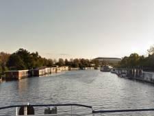 Woonark in Gorcums kanaal losgeslagen door de storm, brandweer heeft het druk