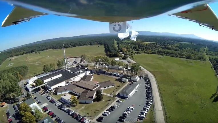 De drone strooide gisteren duizenden flyers uit boven het complex.