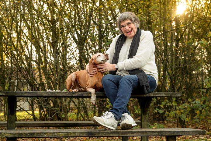 Marleen met haar trouwe vriend Angel op een bankje in Vorselaar.