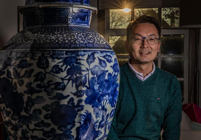 Internist-nefroloog Kwok Wai Mui  in zijn sfeervolle woning in Hierden. De arts houdt van innoveren en neemt hierin zijn patiënten mee.