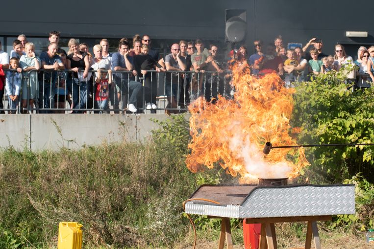 Blus een brandende frieketel nooit met water of je krijgt een gigantische steekvlam, zo toonde de brandweer.