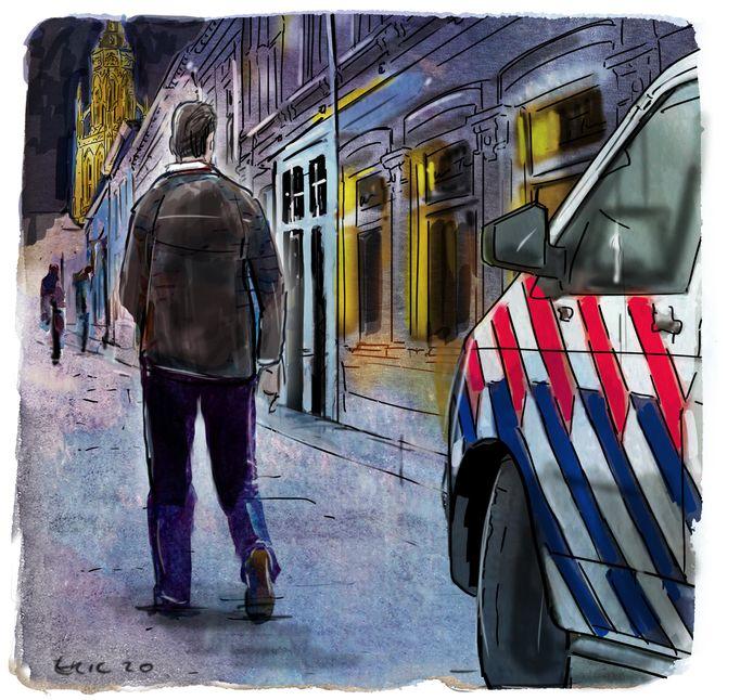Kevin krijgt 230 euro boete voor spugen naar een politieauto. Hij moet van de rechter 100 euro betalen. De rest van het bedrag is voorwaardelijk.