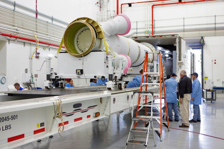 Een onderdeel voor de eerste Artemis-missie, een onbemande testvlucht richting maan die volgend jaar in de planning staat, arriveert bij Nasa's Kennedy Space Center in Florida. Beeld Nasa