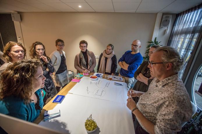 Udo Holtappels (uiterst rechts) en stadskunstenaar Rocco Verdult (derde van rechts) in gesprek met deelnemers aan het project #GoedVoorMekaar. Foto Ton van de Meulenhof/fotomeulenhof
