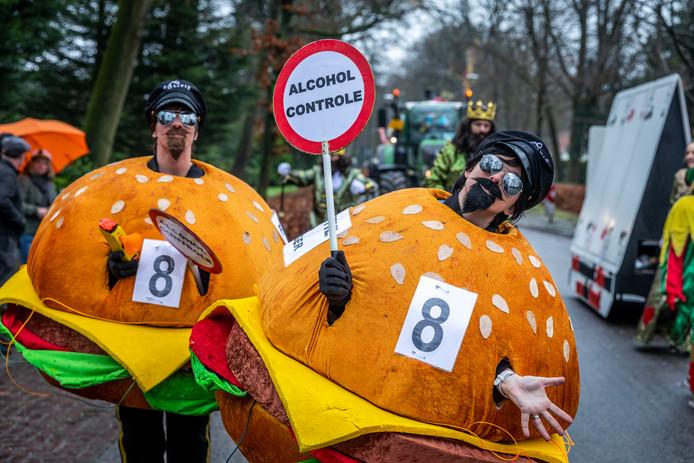 Alcoholcontrole van wandelende hamburgers tijdens de optocht in De Rips.  Zij waren agenten in burger.
