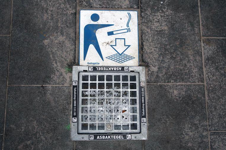In Kortrijk liggen al dertig peukentegels in de straten. Jong VLD wil het systeem ook in Izegem invoeren.