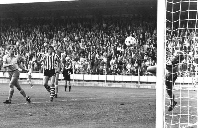 Hans van Breukelen redt op een inzet van PSV'er Harry Lubse.