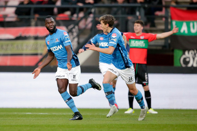 FC Twente-huurling Dylan George (l) maakte tegen NEC zijn eerste doelpunt voor Helmond Sport.