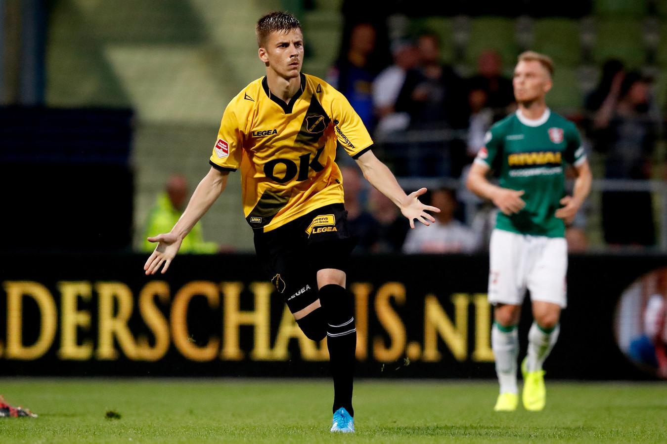 Luka Ilic viert zijn doelpunt.