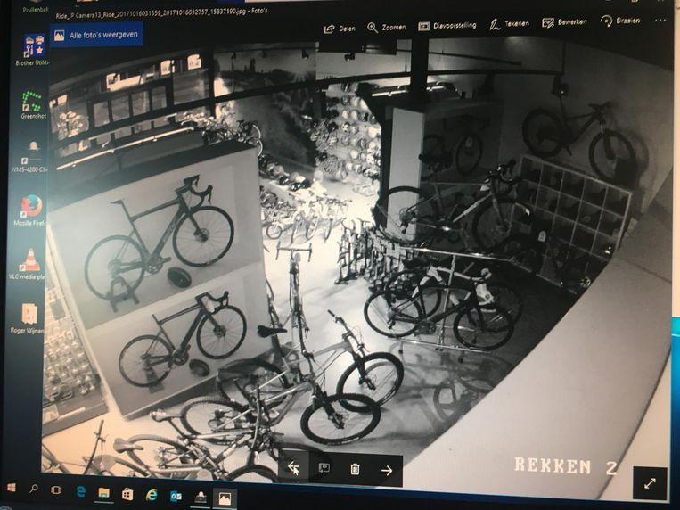 Camerabeelden van fietsenwinkel Ride Bikes voor de diefstal, met volle rekken.