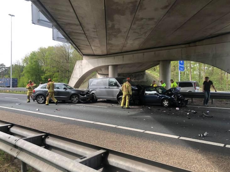 A58 bij Best dicht door ongeval met meerdere auto's, traumahelikopter landt op weg