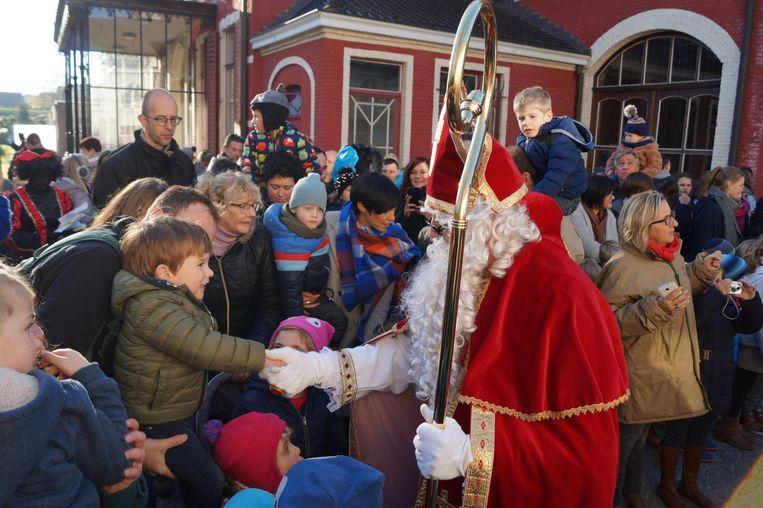 Sinterklaas kwam vorig jaar handen tekort bij zijn intrede op het binnenplein van Huis Mulle.