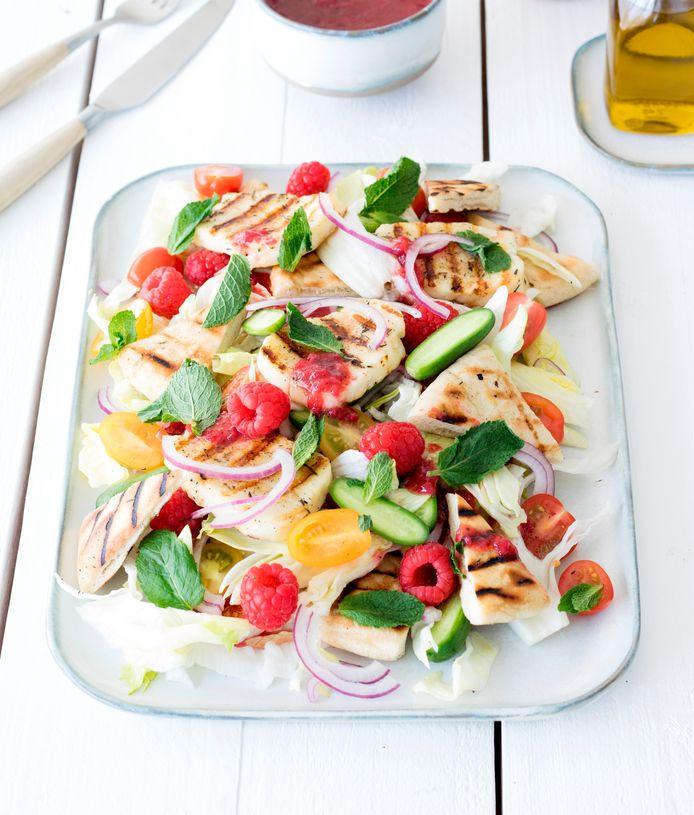 Libanese salade met gegrilde halloumi en frambozenjam