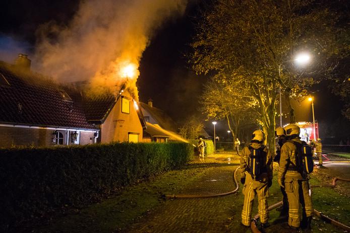Een woning aan de Terpweg in Heerde is in de nacht van maandag op dinsdag volledig door brand verwoest.