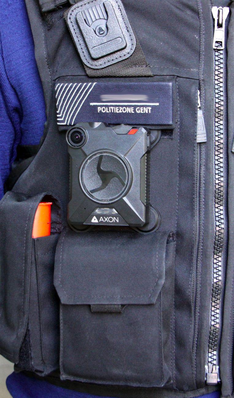 De bodycam is relatief klein en onopvallend.
