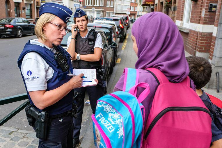 Ciska De Lannoit en Karen Dewitte noteren alle mogelijke klachten of vragen van de burgers.