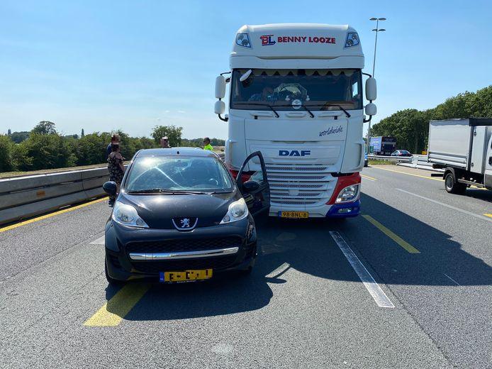 Het derde ongeval op de A1 vrijdagmiddag. Een vrachtwagen raakt een kleine personenauto tussen Deventer en Deventer-Oost.