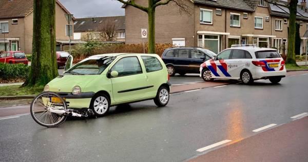 Fietser gewond aan hoofd bij aanrijding met auto in Oldenzaal.